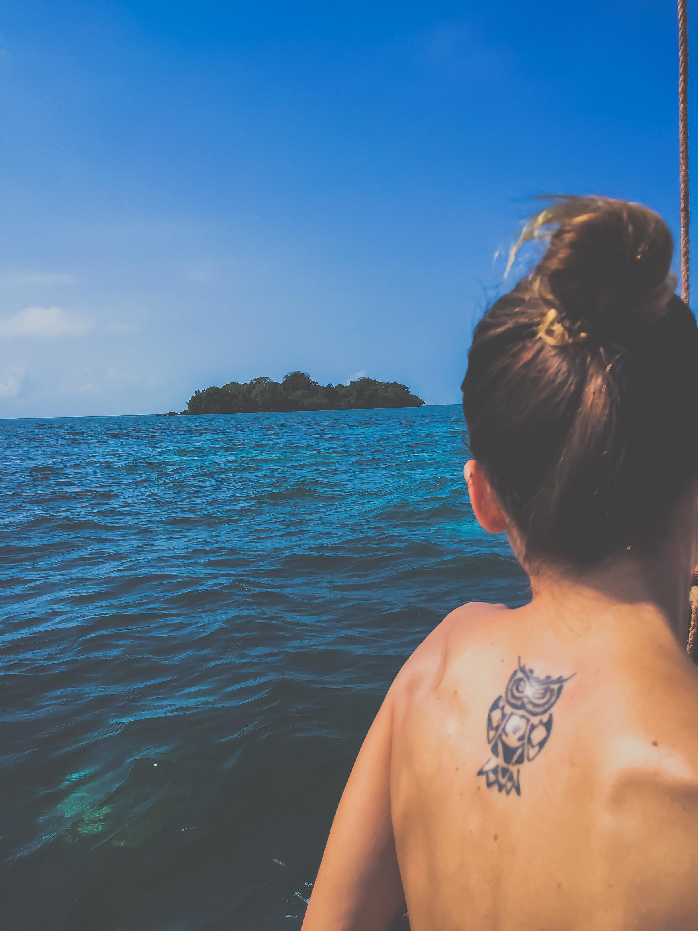 foto di schiena di ragazza al mare